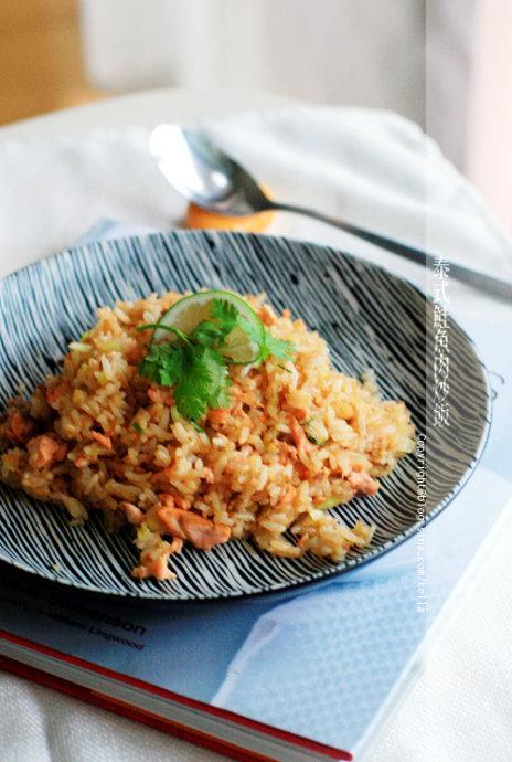 红咖喱三文鱼炒饭的做法(早餐菜谱)